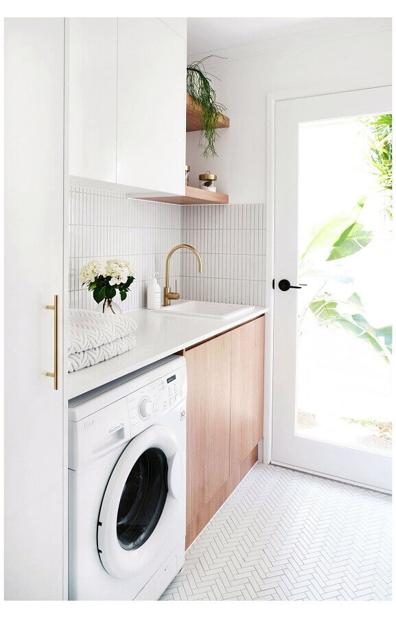 móveis planejados para lavanderia pequena branca e amadeirada Foto Adore Magazine