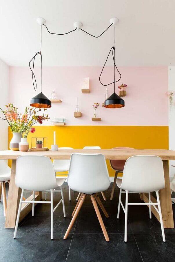 meia parede amarela para decoração de sala de jantar com mesa de madeira clara Foto Pinterest