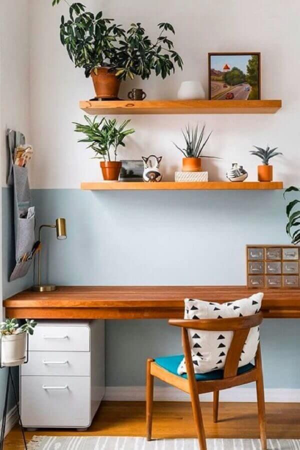 meia parede azul claro para decoração de home office com escrivaninha de madeira Foto Jeito de Casa