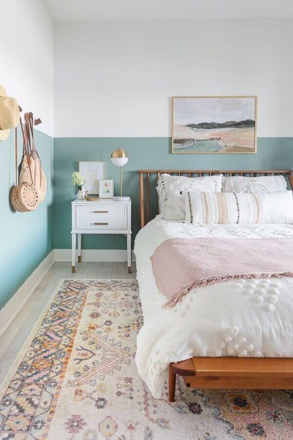 meia parede azul claro para decoração de quarto de casal com cama de madeira Foto Apartment Therapy