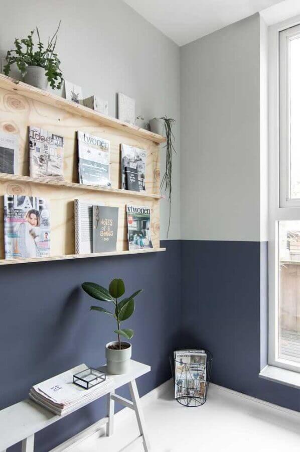 meia parede cinza claro e escuro decorada com prateleira de madeira Foto Pinterest