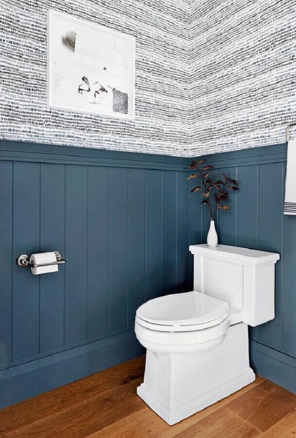 meia parede cinza para decoração de banheiro com papel de parede Foto Rebecca Atwood Designs