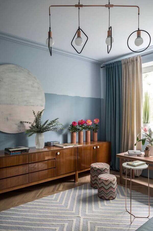 meia parede cinza para sala decorada com buffet de madeira Foto Houzz