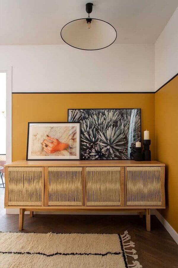 meia parede mostarda para decoração de sala com buffet de madeira Foto Pinterest