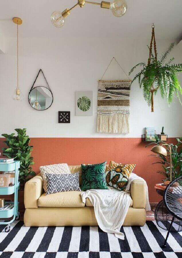 meia parede sala de estar simples decorada com tapete preto e branco Foto Histórias de Casa