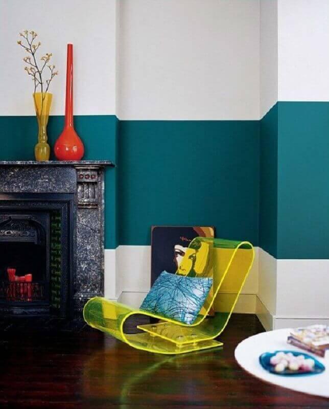 meia parede sala decorada com lareira antiga Foto Pinterest