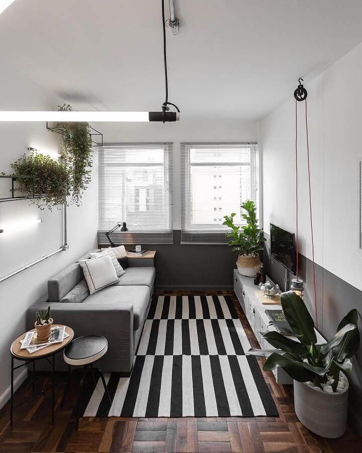 meia parede sala decorada com tapete listrado preto e branco Foto Jeito de Casa
