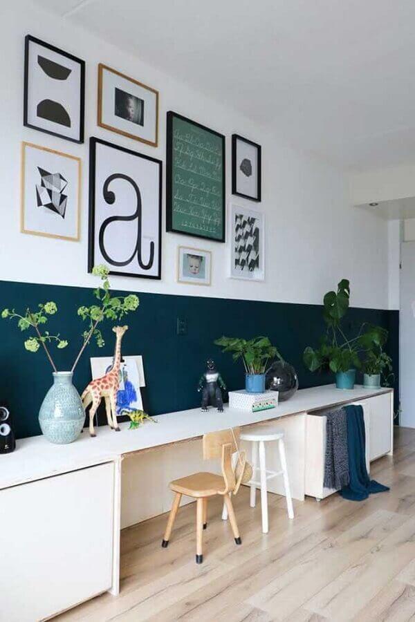 meia parede verde e branca decorada com quadros Foto Pinterest