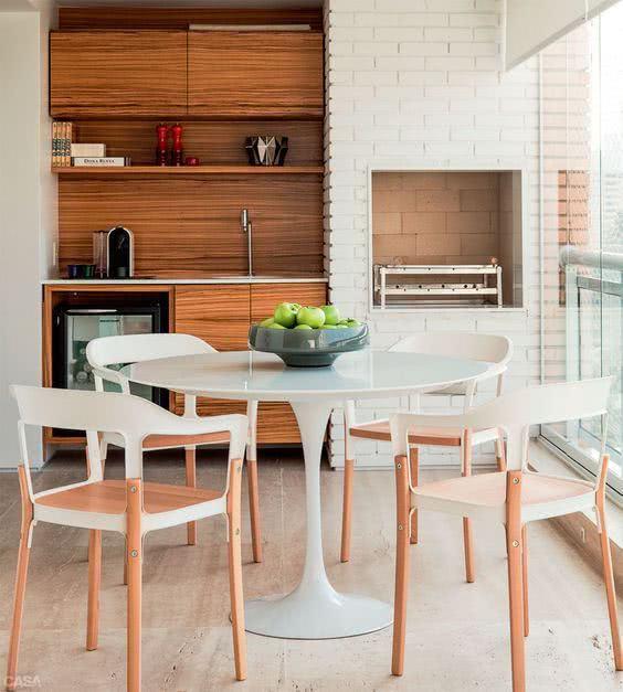 Mesa redonda e branca para sacada com churrasqueira