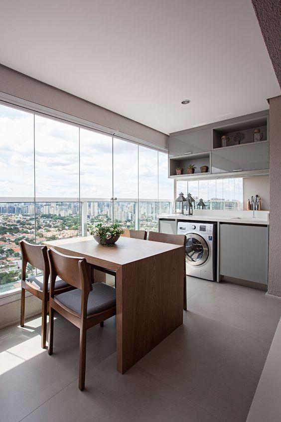 Mesa de madeira para sacada grande com cortina de vidro