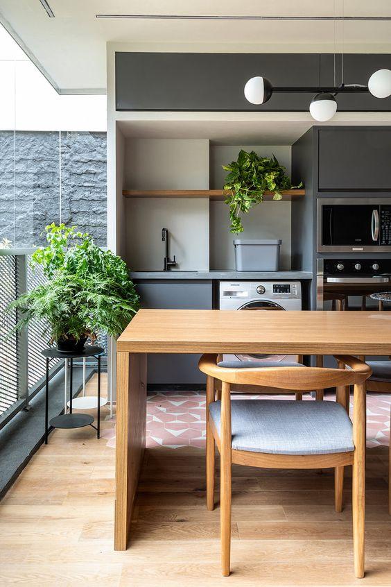Mesa de madeira para sacada com móveis planejados