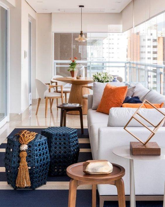 Mesa para sacada pequena e organizada com móveis confortáveis
