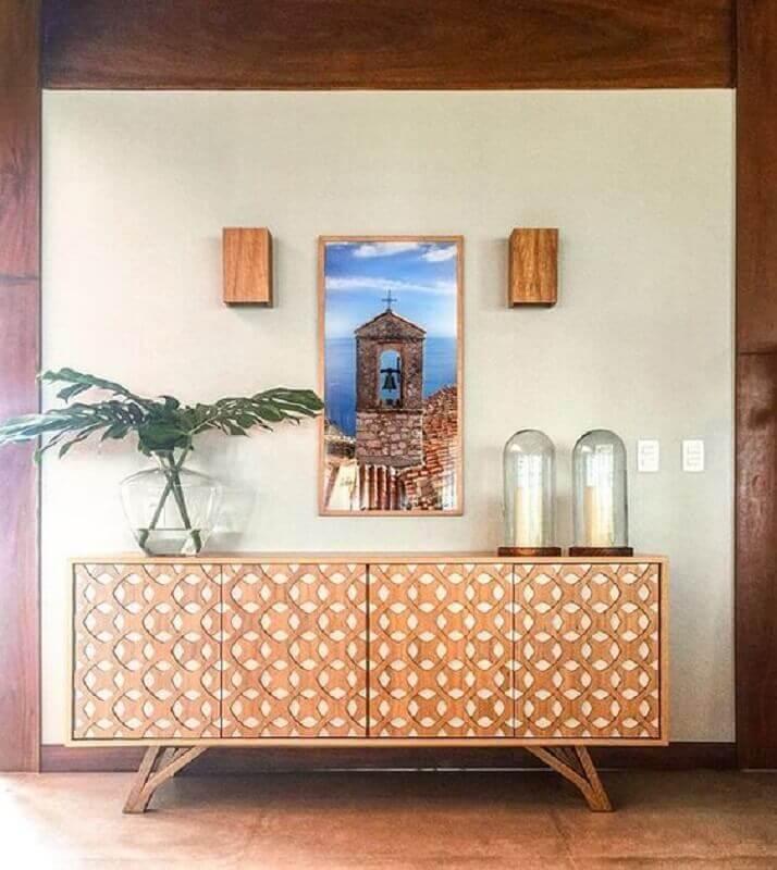 modelo de armário buffet de madeira com detalhes na porta  Foto Lucas Ribeiro