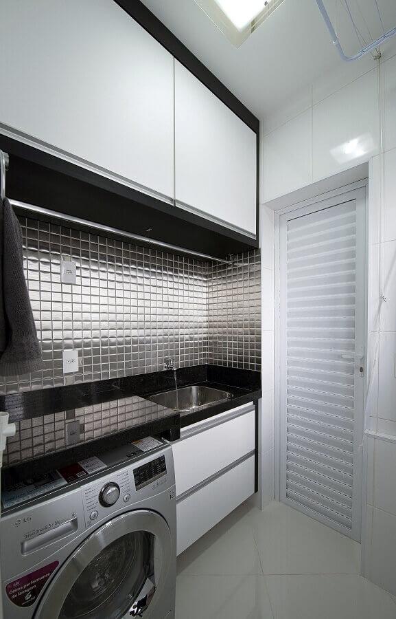 pastilhas metalizadas para decoração com móveis planejados para lavanderia branca e preta Foto Wood Save