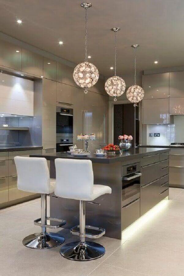 pendentes para ilha de cozinha cinza com decoração moderna Foto Pinterest