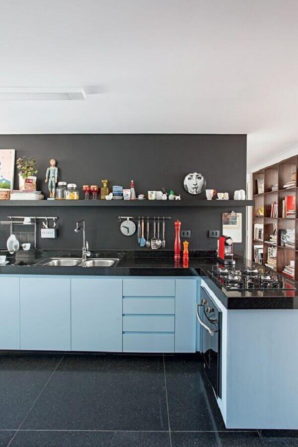 Cozinha azul com piso e revestimento preto