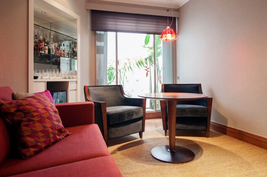 poltronas para sala de visita decorada com barzinho planejado Foto Deborah Basso