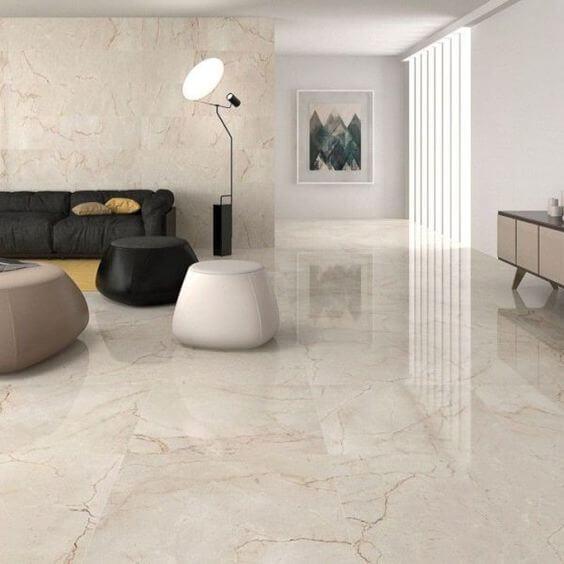 Porcelanato marmorizado na sala de estar clássica com sofá preto