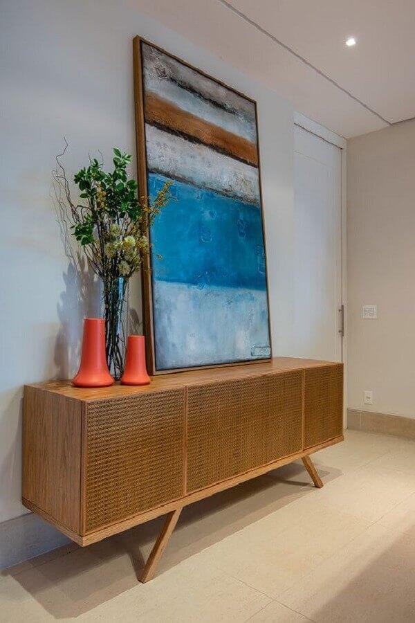 quadro grande e vaso para decoração de armário buffet  Foto Jeito de Casa