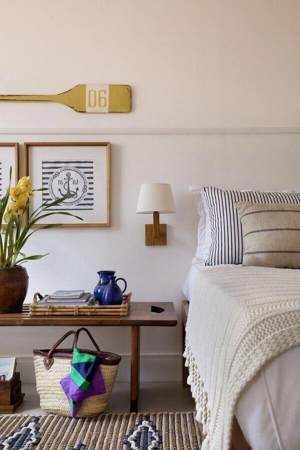 quarto de casal branco decorado com luminária decorativa de parede Foto Histórias de Casa