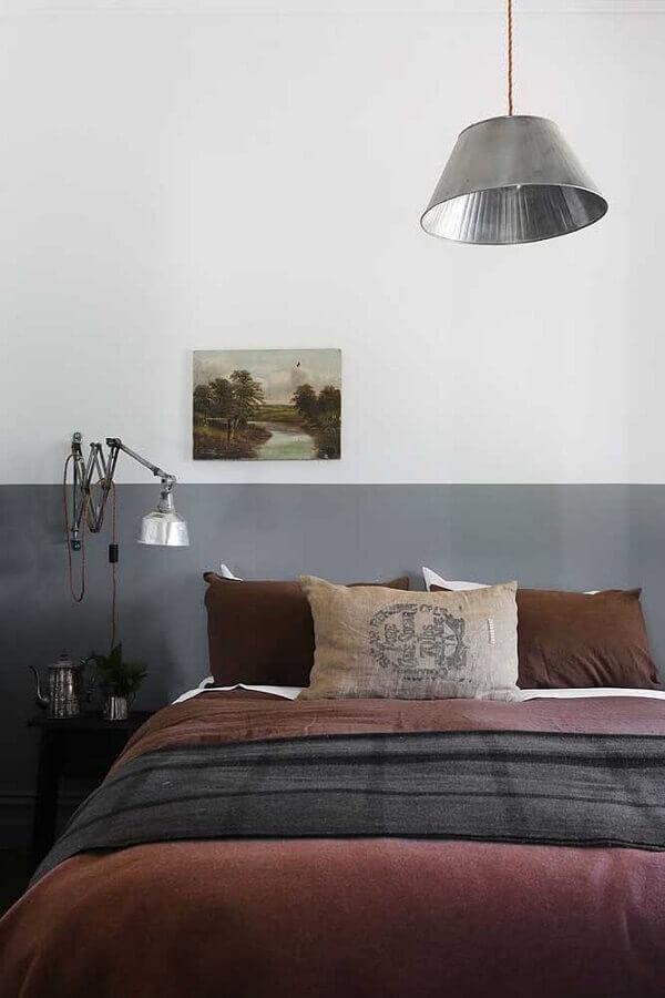 quarto de casal simples decorado com meia parede cinza Foto Deavita