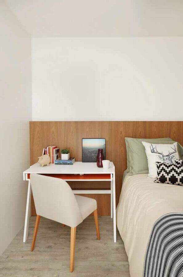 quarto decorado com cabeceira de madeira e escrivaninha pequena para estudo Foto Pinterest