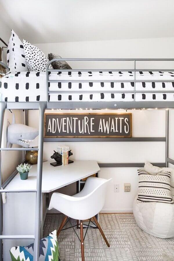 quarto decorado com cama suspensa e escrivaninha para estudo de canto pequena Foto Home Fashion Trend