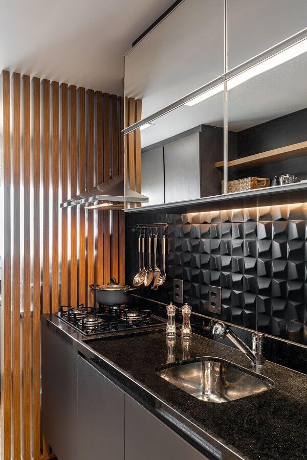 revestimento 3D preto para cozinha pequena decorada com armário aéreo espelhado Foto Jeito de Casa