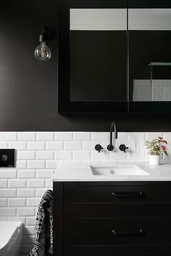 revestimento meia parede branco para decoração de banheiro preto Foto Houzz