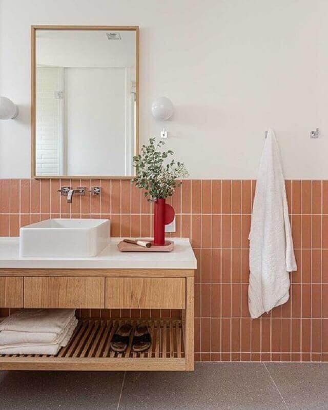 revestimento meia parede para banheiro clean decorado com gabinete de madeira suspenso Foto Duda Senna