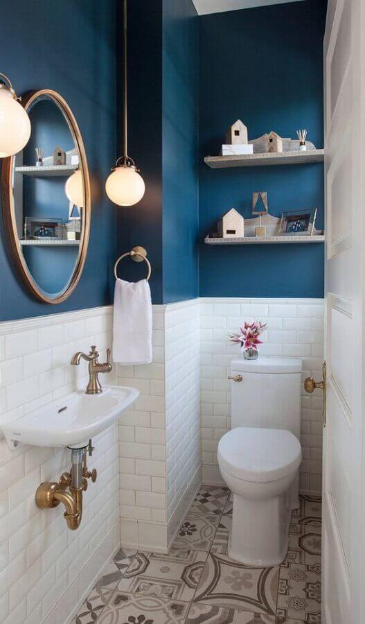 revestimento meia parede para lavabo pequeno decorado com piso antigo Foto Home Awakening