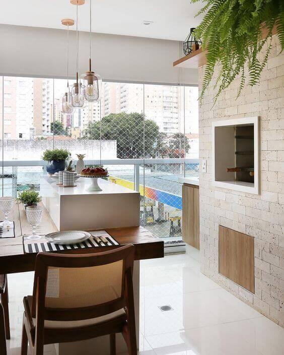 Churrasqueira na parede da área gourmet moderna