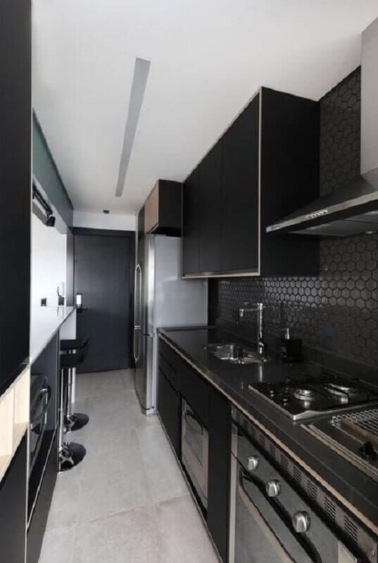 revestimento preto hexagonal para decoração de cozinha pequena planejada Foto Archtrends