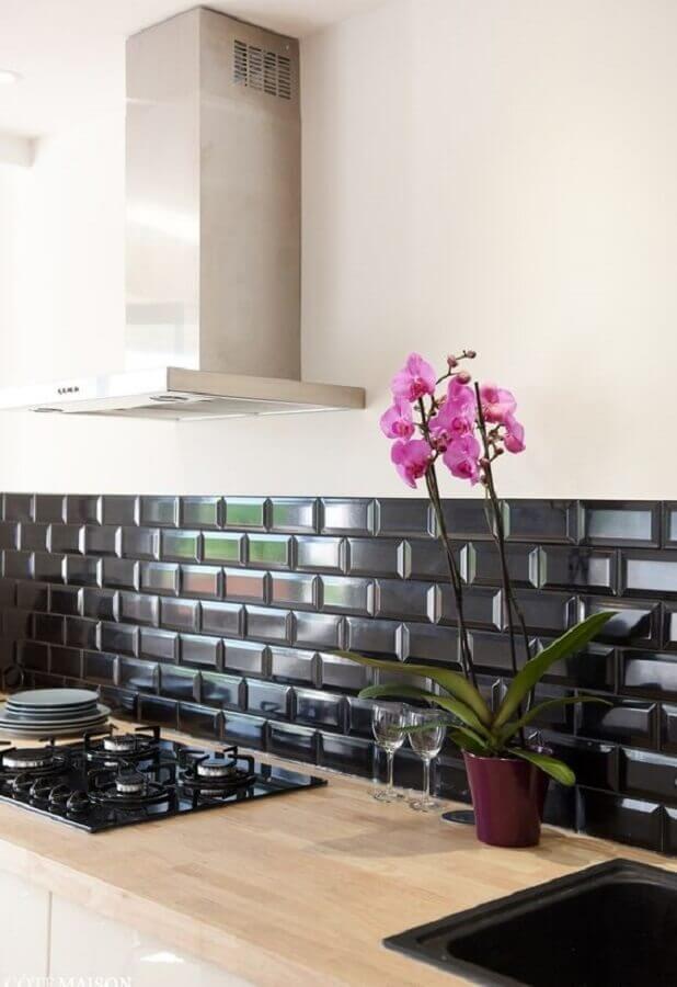 revestimento preto para cozinha branca decorada com bancada de madeira Foto Duas Arquitetura
