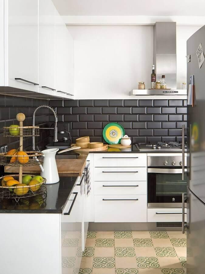 revestimento tijolinho preto fosco para decoração de cozinha branca planejada Foto Pinterest