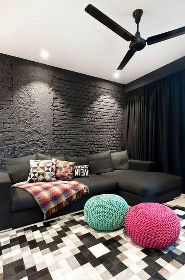 revestimento tijolinho preto para sala de estar decorada com puff de crochê colorido Foto Houzz