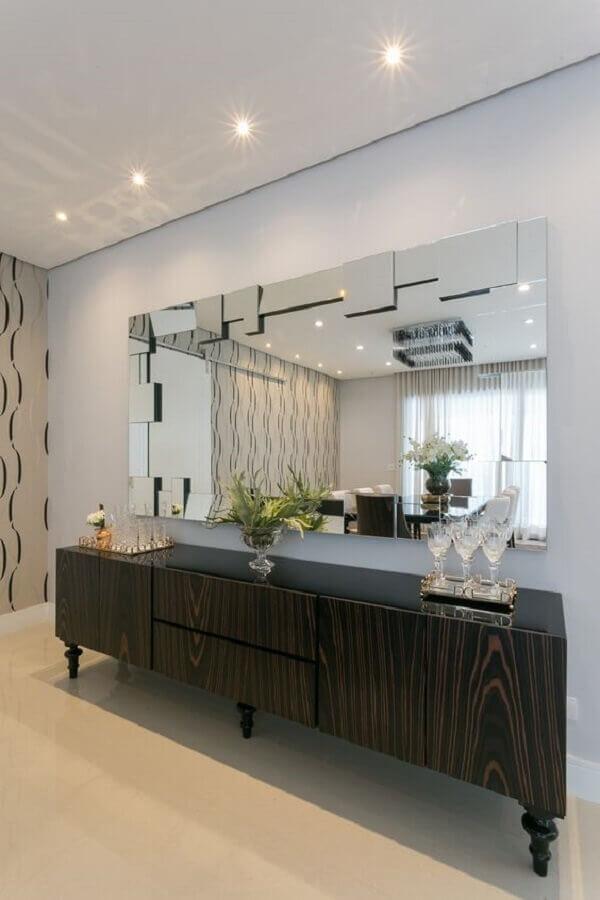 sala ampla decorada com espelho de parede e armário buffet Foto Art Ville Móveis