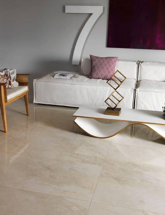 Sala com porcelanato bege e sofá branco