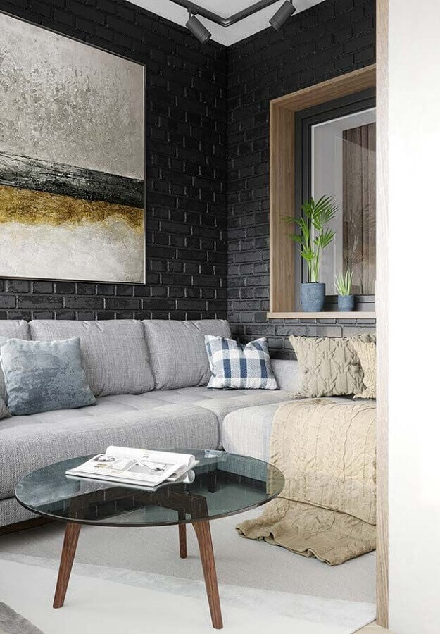 sala de estar decorada com sofá cinza e revestimento tijolinho preto Foto Raquel Sousa
