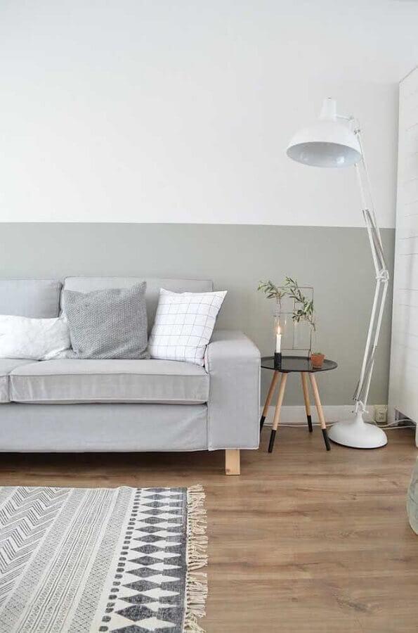 sala de estar minimalista decorada com meia parede cinza claro Foto Apartment Therapy