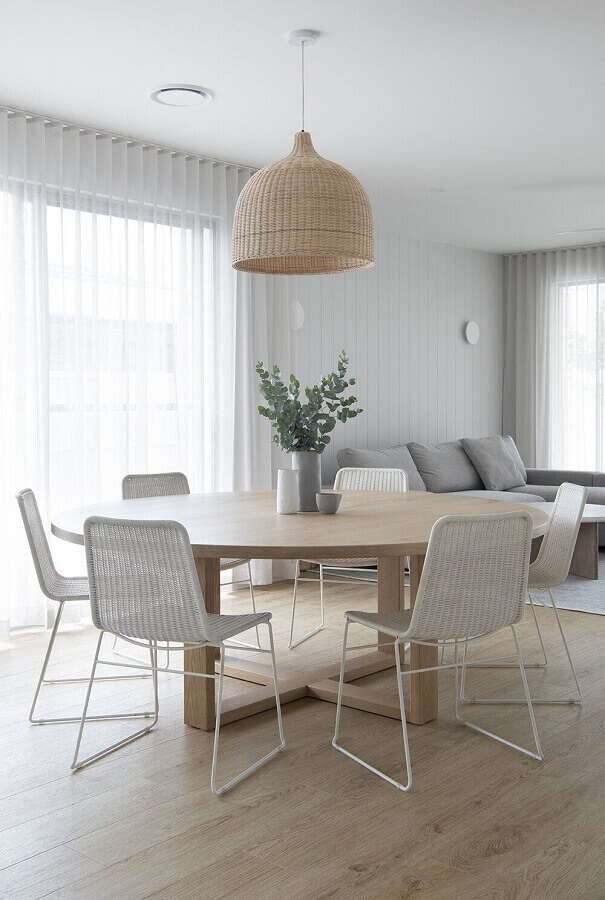 sala de jantar clean decorada com mesa redonda e luminária decorativa rústica Foto Pinterest