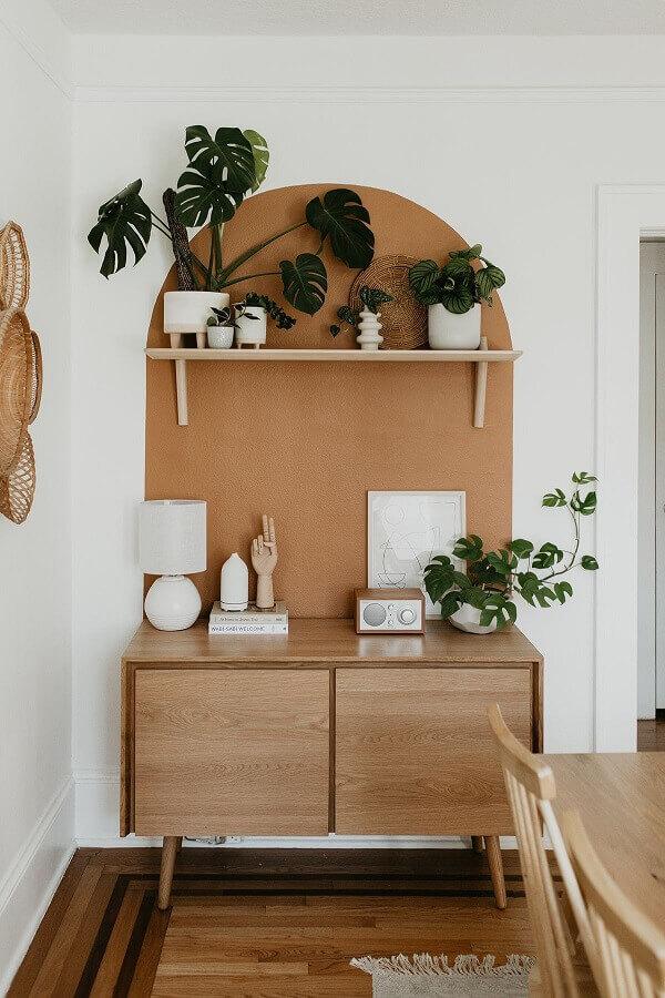 sala de jantar decorada com armário buffet de madeira pequeno Foto Jeito de Casa