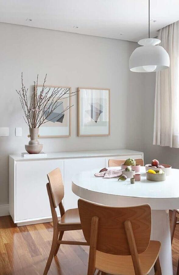 sala de jantar decorada com mesa redonda e armário buffet branco  Foto Casa de Valentina