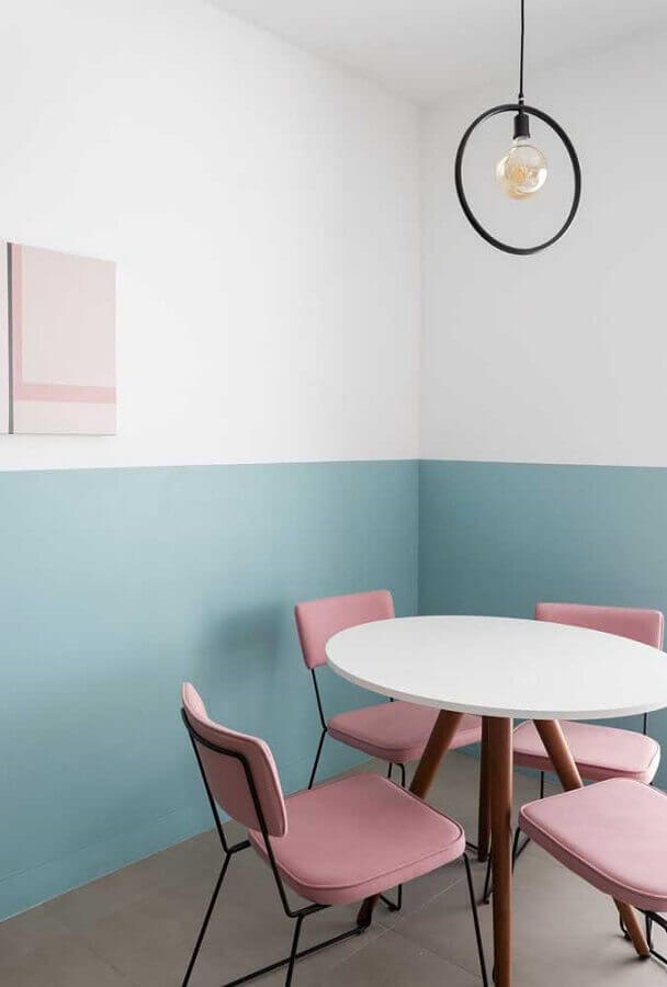 sala de jantar minimalista decorada com meia parede azul pastel Foto Apartment Therapy