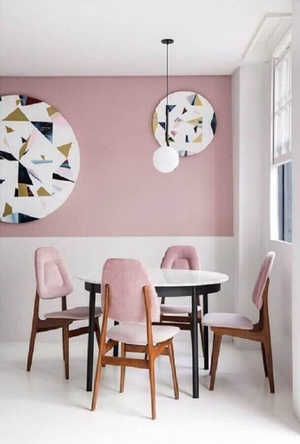 sala de jantar minimalista decorada com meia parede rosa e branca Foto Pinterest