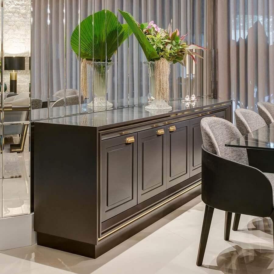 sala de jantar sofisticada decorada com armário buffet clássico Foto Marcenaria Staleiro