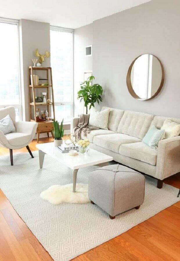 sala de visita branca decorada com espelho redondo Foto Apartment Therapy