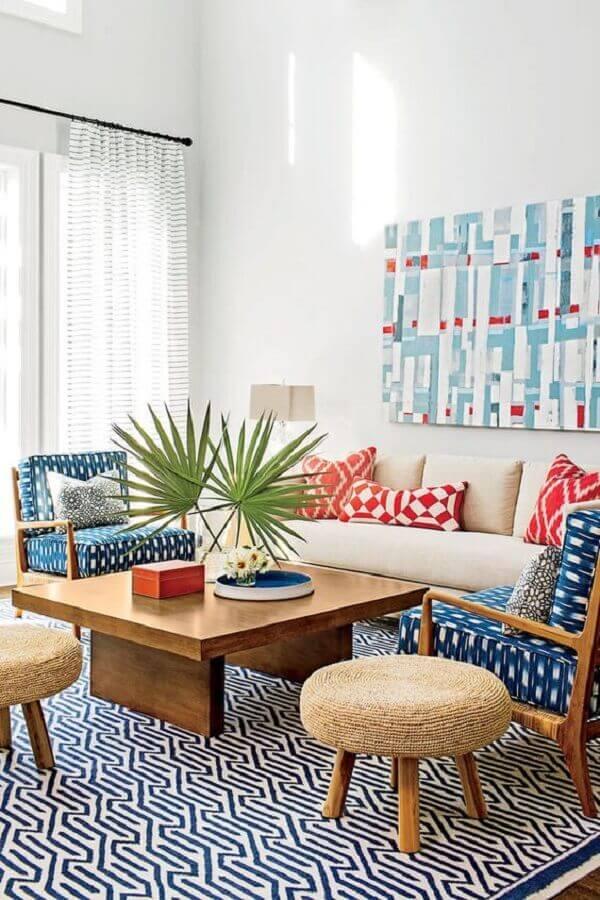 sala de visita branca decorada com poltrona de madeira com tecido estampado Foto Southern Living
