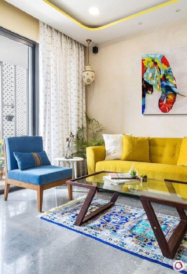 sala de visita decorada com poltrona azul e sofá amarela Foto Southern Living