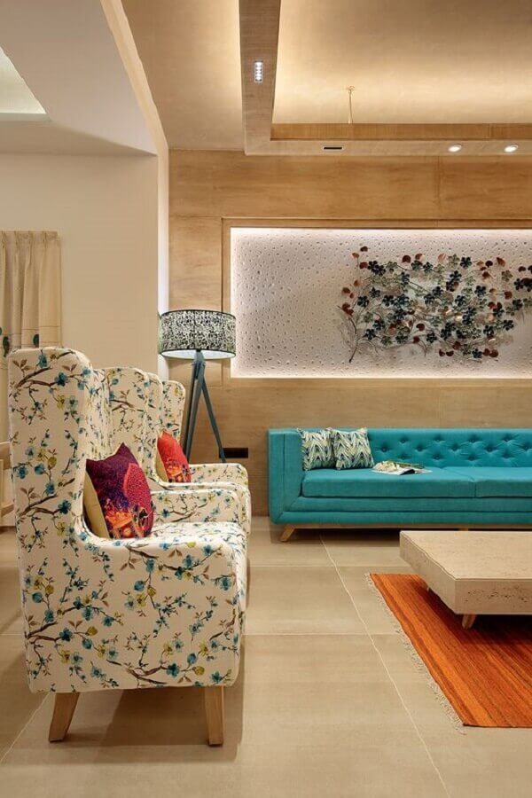 sala de visita decorada com sofá azul capitonê e poltronas estampadas Foto Dress Your Home